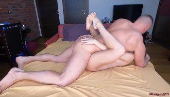Embarazada le hace una cubana a su marido mientras exprime la leche de sus tetas