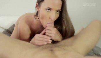 Esposa sumisa se tumba para que su marido la folle a placer