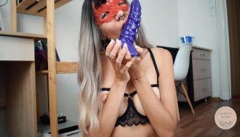 Tetona con una mariposa en su culo se masturba en la webcam